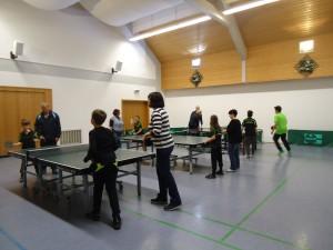 Gute Spielbedingungen bietet die Mehrzweckhalle in Obergriesbach für jung und alt; hier beim letzten Training des Jahres für Kinder und Eltern.